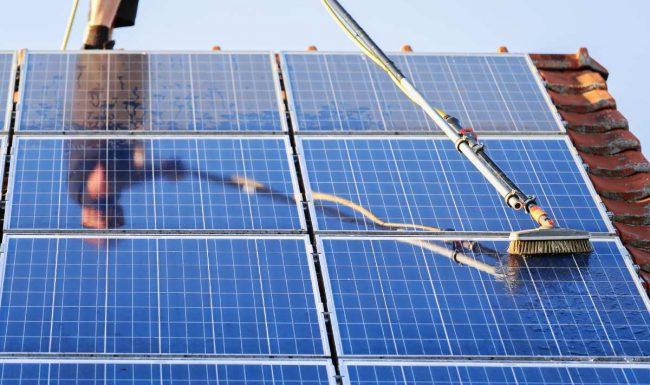 persona che si dedica alla pulizia del pannello fotovoltaico